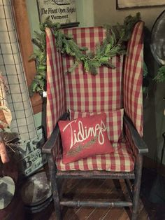 Robert Stilin designs a simple and classic cottage. - Our Home Decor Primitive Christmas Decorating, Primitive Country Christmas, Prim Christmas, Magical Christmas, Simple Christmas, Christmas Decorations, Christmas Ideas, Christmas Houses, Christmas Things