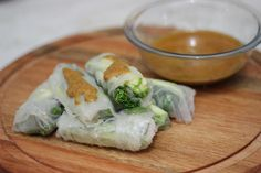Fresh spring roll with broccoli, zucchini and peanut sauce #asianfood #vegetarian #peanut #springroll #broccoli #zuchinni