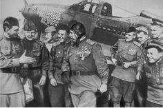 Товарищи поздравляют А.И.Покрышкина с присвоением ему третьей Звезды Героя Советского Союза