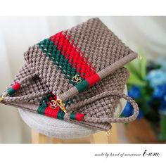macrame/macrame anleitung+macrame diy/macrame wall hanging/macrame plant hanger/macrame knots+macrame schlüsselanhänger+macrame blumenampel+TWOME I Macrame & Natural Dyer Maker & Educator/MangoAndMore macrame studio Crochet Clutch, Crochet Fabric, Crochet Handbags, Cute Crochet, Crochet For Kids, Crochet Patterns, Plastic Canvas Stitches, Plastic Canvas Patterns, Sac Granny Square
