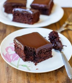 """Every chocolate fanatic would said 'OMG!"""" if try these 'Triple Threat' Ganache-Filled Chocolate Cupcakes. These are buttermilk, dark chocolate cupcakes filled Chocolate Ganache Cake, Best Chocolate Cake, Homemade Chocolate, Chocolate Desserts, Ganache Frosting, Ganache Recipe, Chocolate Coffee, Raspberry Chocolate, Pastries"""