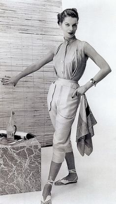 A model displays a 1952 Claire McCardell sportswear design. McCardell was one of several American designers who popularized sportswear for women after World War II Claire Mccardell, Bonnie Cashin, 1940s Fashion, Vintage Fashion, Gothic Fashion, Women's Fashion, Fashion Outfits, Moda Vintage, Fashion History
