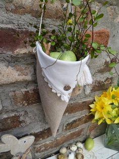 Spitztüte aus Taschentuch, Rock und alten Knöpfen / Bag made from handkerchief, skirt and old buttons / Upcycling