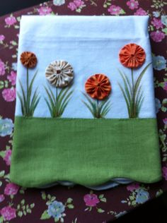 I so want to add a detail like this to an apron. Pano de prato com fuxico Fabric Art, Fabric Crafts, Yo Yo Quilt, Dish Towels, Tea Towels, Decorative Towels, Patch Quilt, Kitchen Towels, Craft Tutorials