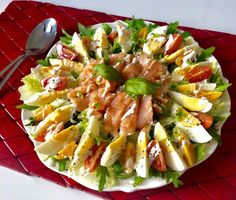 Fit sałatka z jajkiem i łososiem (250 kalorii) - Blog z apetytem Shrimp Ceviche With Avocado, Good Food, Yummy Food, Cooking Recipes, Healthy Recipes, Vegetable Salad, Calories, Pasta Salad, Salad Recipes
