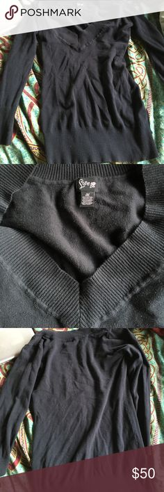 Black v neck sweater Black v neck sweater great condition very cute just not my style love lola Sweaters V-Necks