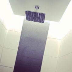 Dusche mit indirekter LED-Beleuchtung (Wasserfeste OSRAM-LED-Streifen aus unserem Angebot).  #interactivefurniture.de #lightingdesign #design #myhome #lights #lighting #stairs #stairlights #stairlighting #motionsensor / #treppe #treppen #treppenlicht #treppenbeleuchtung #stiegenbeleuchtung #stufenlicht #stufenbeleuchtung #sensor #sensorgesteuert #bewegungsmelder #automatisch #automatik #madeingermany