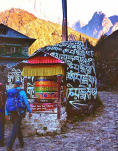 A day by day account of what it's really like to trek to Everest Base Camp in Nepal, including how difficult each day really is. Hiking Places, Hiking Spots, Places To Travel, Mount Everest Base Camp, Everest Base Camp Trek, Everest Mountain, Ski, Camping Photography, Mountain Climbing