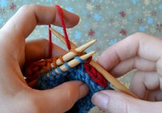 A knit video tutorial by Knit Love for the 3 needle bind-off. Perfect for joining any horizontal to horizontal seam, such as shoulders.