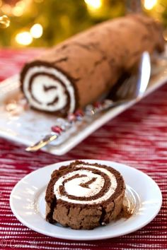 Chocolate Swiss Roll Cake (Grain-Free, Paleo) A chocolate swiss roll cake is very simple to make and you can flavor the whipped cream however you want – orange liquor, almond extract, peppermint or maybe a splash of amaretto. Paleo Sweets, Paleo Dessert, Gluten Free Desserts, Real Food Recipes, Cake Recipes, Dessert Recipes, Yummy Food, Cooking Recipes, Food Cakes