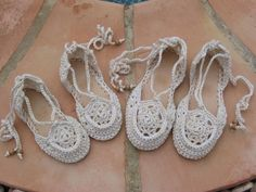 Lovely pattern for actual crocheted shoes (including making the soles!) in Spanish but easily translated via Chrome. Finger Crochet, Knit Or Crochet, Crochet Hats, Crochet Designs, Crochet Patterns, Espadrilles, Shoe Pattern, Crochet Slippers, Bare Foot Sandals