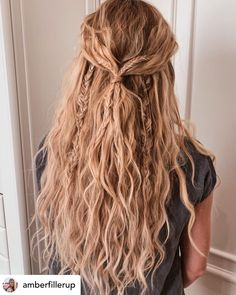15 Ridiculously Cute Summer Hairstyles (Step-By-Step Tutorials Included) Timeless beach waves are the perfect summer hairstyle! Rock your summer with 15 incredibly cute and super easy summer hairstyles! Whether you're into messy buns, braided updos, or ev Box Braids Hairstyles, Wedding Hairstyles, Hairstyles Videos, Messy Braided Hairstyles, Protective Hairstyles, Hairstyles Pictures, Updo Hairstyle, Blonde Curly Hairstyles, Boho Hairstyles Medium