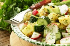 Kartoffelsalat mit Gurken und Radieschen