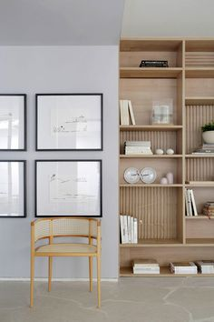 Home Interior Art Decorao de ambiente para Casacor SP Estante de madeira com livros e adornos, cadeira de madeira, parede cinza, quadros, parede galeria. Home Interior, Interior Architecture, Office Interiors, Interior Design Inspiration, Home And Living, Living Room, Office Decor, Office Ideas, Shelving