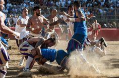 Sie prügeln sich in historischen Kostümen um den Ball, bis der Arzt kommt. Jährlich feiert Florenz den Calcio Storico, ein traditionelles Fußballspiel. Eine Bilderschau