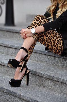 Black coat leopard pants with stylish sandals Look Fashion, Fashion Models, Fashion Beauty, Autumn Fashion, Womens Fashion, Fashion Shoes, Fashion Black, Fashion Clothes, Street Fashion