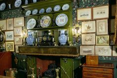 Victorian dining room, Linley Sambourne House, 18 Stafford Terrace showing aesthetic interior Victorian Parlor, Victorian Cottage, Victorian Art, Victorian Homes, Victorian Interiors, William Morris Wallpaper, Morris Wallpapers, Drawing Room Interior, English Interior