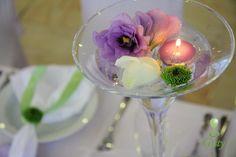 Martini svietnik na svadbu s plávajúcou sviečkou a kvetmi.