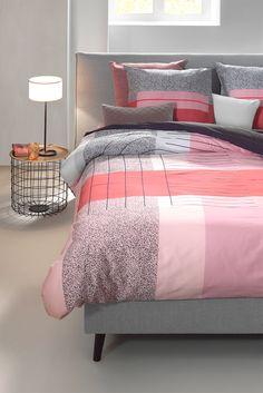 Op zoek naar ideeën voor jouw klassieke/moderne #slaapkamer? In de herfst/winter 2017 vormt roze het centrum van alle slaapkamer kleuren. Niet het roze dat explodeert in je gezicht. Wel het fluffy, schattige roze. Subtiel en zacht, met een gezonde blush. Het dekbedovertrek  Art Multi van Mae Engelgeer combineert zacht roze met hardere kleuren. #trends  #bedroom