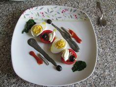 Tomates anchois et mascarpone oeuf dur olive noir avec sauce noir de calamar Gino D'Aquino