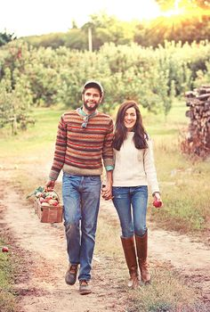 Sarah Vickers of Classy Girls Wear Pearls in our Cotton Fisherman Sweater- I love this preppy couple so much Preppy Mode, Preppy Style, My Style, Fall Winter Outfits, Autumn Winter Fashion, Preppy Fall Outfits, Sandro, Apple Picking Outfit, Sarah Vickers