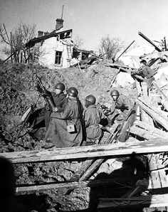 The Battle of STALINGRAD. Soviet Army soldiers fire a 82-BM-37 mortar into German positions during the Battle of Stalingrad. 1942