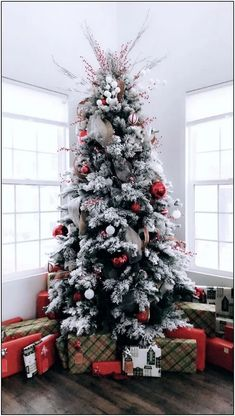 Gorgeous Rustic Christmas Tree Decorating Ideas For Your Home - Happy Christmas - Noel 2020 ideas-Happy New Year-Christmas Diy Christmas Decorations Easy, Christmas Tree Themes, Noel Christmas, Christmas Ideas, Xmas Tree, Christmas 2019, Elegant Christmas, Rustic Christmas, Beautiful Christmas