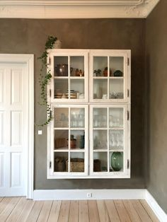 DIY – wall hung display cabinet with old window – # old # with # wall hung … - DIY Furniture Couch Ideen Wall Mounted Display Cabinets, Wall Cabinets, Diy Casa, Old Windows, Easy Woodworking Projects, Home Kitchens, Diy Furniture, Furniture Shopping, Diy Home Decor