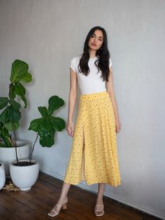 What slit? This is a high rise, midi length skirt with a high side slit and center back zipper. The Zoe is slim fitting in the waist with a relaxed fit throughout. Yellow Skirt Outfits, Midi Skirt Outfit, Long Skirt Outfits, Dress Outfits, Casual Dresses, Ootd Fashion, Skirt Fashion, Fashion Outfits, Moda Ootd