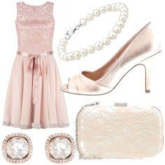 Outfit assolutamente bon ton adatto per una cerimonia o una serata speciale. Abito rosa con corpetto in pizzo e nastro di raso in vita, scarpe in raso spuntate, clutch in pizzo, orecchini con strass e bracciale di perle.