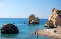 In octombrie, noaptea se lasa repede in Cipru. Nu mai devreme decat in tara, desigur, doar ca feelingul este altul. Daca in Romania e toamna adevarata, rece si ploioasa si ti se pare firesc ca ziua sa fie tot mai scurta, in Cipru, dupa 27-28 de grade Celsius la amiaza, ai zice ca vara n-a trecut si te astepti sa se insereze mai tarziu. Este, poate, singurul neajuns al unei calatorii la mijloc de toamna in insula Afroditei. Trebuie sa te trezesti devreme, sa planifici ziua cu atentie, daca…