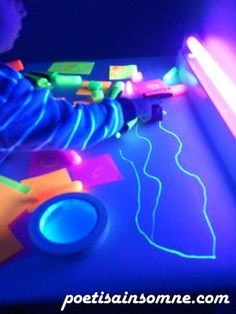 Jugando con luz negra, muchas ideas Reggio Emilia, Art For Kids, Crafts For Kids, Sensory Play, Light Table, Kids Playing, Party Time, Activities For Kids, Color