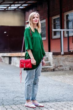 Casual and Comfortable Look: Green Oversized Shirt, red Rebecca Minkoff mini mac bag, boyfriend jeans by Minkpink, colorful espadrilles, summer style, shopping outfit - Outfit, Streetstyle, Hamburg, Blogger