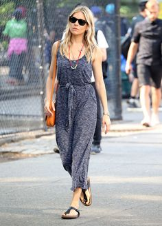 Discover how to wear birkenstocks in a stylish way. Get inspiration from the best street style updated to Cómo usar tus birkenstock con estilo. Birkenstock Outfit, Alexa Chung, Kate Moss, Boho Sommer Outfits, Sienna Miller Style, Style Boho, Look Casual, Street Style Summer, Casual Summer Dresses
