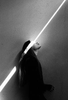 Граница света и тени. Нравится как четко луч света визуально разрезает изображение девушки