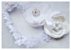 white wedding garter with fabric flowers, http://www.vertigo.com.pl/projekty/podwiazki/#prettyphoto[gallery]/1/