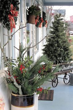 Rustic Winter Porch Decor You Need To Try This Year - Bauernhaus Dekor Farmhouse Christmas Decor, Primitive Christmas, Christmas Home, Christmas Lights, Farmhouse Decor, Porch Xmas Lights, Christmas Porch Ideas, Country Porch Decor, Christmas Urns