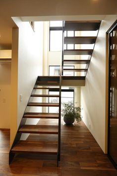 ゆったりスペースに余裕のある、 鉄骨スケルトン階段。 踏み板は床材と同じく、 ブラックウォルナットを使用。 Wooden Staircase Design, Home Stairs Design, Open Staircase, Home Building Design, Wooden Staircases, My Home Design, Building A House, House Design, Villa Design