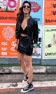 Rock in Rio: 10 looks para te inspirar. Look all black, todo preto, cojuntinho vinil, casaco e saia, top cropped decotado preto, all satar preto