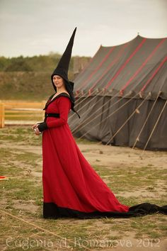 14th century Houppelande gown and traditional pointed hennin....most ladies preferred  to  drape sheer veils from the pointed tip....some ladies preferred this style  hat with a more blunted  tip