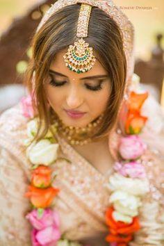Beautiful crescent maangtikka with kundan and green beads. For bridal inspiration see more on wedmegood.com #wedmegood #indianwedding #indianbride #jewellery #jewelrydesign #maangtikka #indianwear #jaimala #bridallehenga