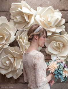 DIY Wedding Decorations - /jcursus/backdrops-paper-flowers-etc/ BACK Large Paper Flowers, Paper Flowers Wedding, Giant Paper Flowers, Big Flowers, Fabric Flowers, Diy Fleur, Decoration Vitrine, Fleurs Diy, Paper Flower Backdrop
