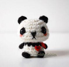 Bebé Panda - peluche de amigurumis Kawaii Mini  Este mini Panda se encuentra a sólo 1 1/2 pulgadas de alto por 1 1/4 pulgadas en su más amplia. Ella es bien ganchillo en hilo acrílico blanco y negro.  Ella lleva un pequeño corazón rojo que es cosida a mano en su pecho, con un arco que empareja de la cinta. < 3  Su nariz y la boca son cosida a mano, y las manchas alrededor de los ojos están hechas de fieltro de las lanas.  Ella tiene los ojos seguro niño negro y está hecha de nuev...