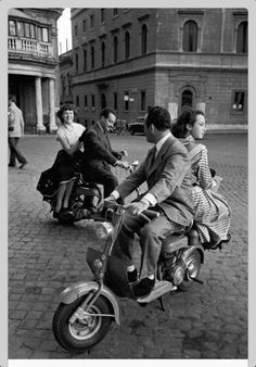 Jacques Rouchon: Voyage à Rome, années 1950 - that's the way to get around Old Photography, Street Photography, Landscape Photography, Portrait Photography, Wedding Photography, Black White Photos, Black And White Photography, Looks Rockabilly, Foto Zoom