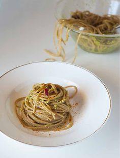 Spaghetti di farro al pesto di mandorle e foglie di ravanello con bottarga