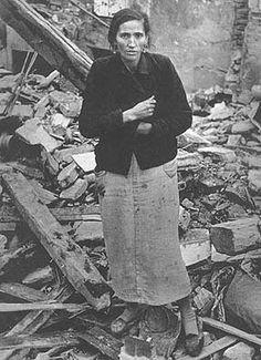 Robert Capa - Madrid después de los bombardeos - Guerra civil Española  Salamanca]