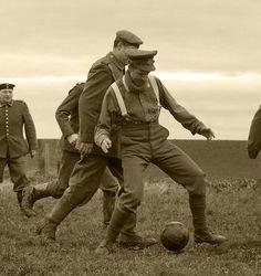Soldados jugando fútbol