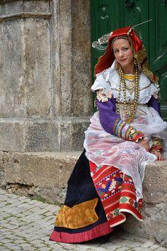 Abruzzo Scanno #TuscanyAgriturismoGiratola Italian Outfits, Italian Fashion, Traditional Fashion, Traditional Dresses, Costume Ethnique, Culture Day, Reggio, Costumes Around The World, Beauty Around The World