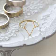 DIY Antrhopologie Inpsired Wire Delicate Double Pearl Ring Tutorial from Swellmayde. For Swellmaydes single pearl ring go here. Top P. Funky Jewelry, Wire Jewelry, Jewellery, Jewelry Rings, Diy Fashion Accessories, Ring Tutorial, Do It Yourself Crafts, Wire Rings, Delicate Rings