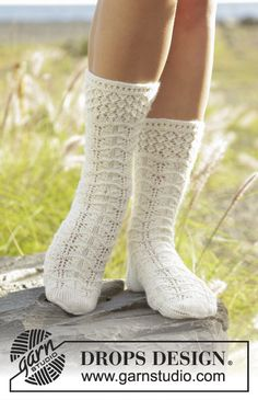 Spring Snow socks with lace pattern by DROPS Design Free Knitting Pattern Drops Patterns, Lace Patterns, Knitting Patterns Free, Free Knitting, Crochet Patterns, Free Pattern, Stitch Patterns, Drops Design, Knitted Slippers